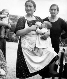 Breastfeeding Support, Old Pictures, Old Photos, Antique Photos, Vintage Pictures, Madona, Robert Capa, Children Photography, Civil War Photos