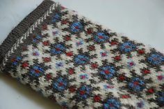 This Latvian mitten pattern comes from the district of Ventspils and features a cuff with a scalloped edge. The model mitten was knit in brown, green, yellow, red, and white. Fair Isle Knitting, Lace Knitting, Knitting Patterns, Knit Crochet, Mittens Pattern, Knit Mittens, Knitted Gloves, Knitting Accessories, Winter Accessories