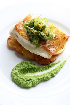 Natalie's Daily Crave | Seared Sea Bass with Basil-Pea Puree, Crispy Parmesan Potatoes, and Asparagus Slaw Crispy Parmesan Potatoes, Potatoes Paleo, Seafood Recipes, Gourmet Recipes, Cooking Recipes, Cooking Food, Corvina Fish Recipes, Saturday Night Dinner Ideas, Masterchef Recipes