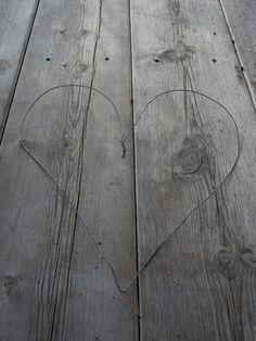 Lag et nydelig lynghjerte! Hardwood Floors, Flooring, Texture, Crafts, Diy, Wood Floor Tiles, Surface Finish, Wood Flooring, Manualidades