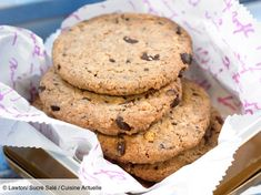 Recette Cookies Facile Sans Beurre. Ingrédients (4 personnes) : 90 ml d'huile végétale, 95 g de sucre roux, 1 œuf... - Découvrez toutes nos idées de repas et recettes sur Cuisine Actuelle Beignets, Cookies Et Biscuits, Chocolate Chip Cookies, My Recipes, Muffins, Food And Drink, Chips, Cake, Desserts