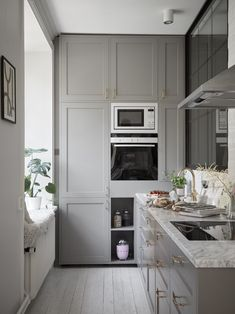 grey kitchen with marble countertop and hyggekrog -Classy grey kitchen with marble countertop and hyggekrog - Beautiful Modern IKEA Kitchen Fronts - RINGHULT High Gloss White The stairs seem perfect for a tiny home My kitchen – ÅSA INGROSSO Gastro Gröngrå Small Marble Kitchens, Modern Ikea Kitchens, Grey Kitchens, Home Kitchens, Home Interior, Interior Design Kitchen, Country Look, Grey Countertops, Marble Kitchen Countertops