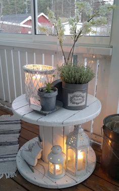 Backyard decor ideas! Just don't know where to find the large spools for free Diy Front Porch Ideas, Fromt Porch Ideas, Front Porch Garden, Sunroom Ideas, Farm House Porch, Front Porch Decorations, Fromt Porch Decor, Back Deck Ideas, Decorations For Home