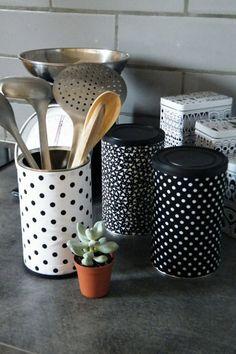 SI vous manquez d'espace de rangements pratiques dans la cuisine, utilisez un boite de conserve de récup que vous pourrez customiser pour ranger vos ustensiles !