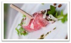 Rosbief carpaccio rolletjes / * plakjes rosbief * rucola * olijfolie * Parmezaanse kaas * pijnboompitjes * rode pesto * truffel mayonaise of Balsamico crema