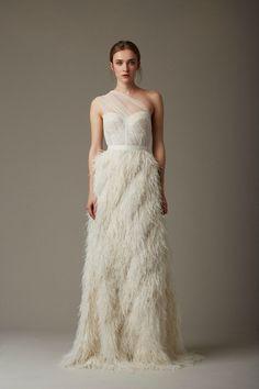 As plumas dão um ar de sofisticação ao look de noiva, vocês não acham?