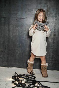 Cachecol, vestido, botas e muita graça! #MiniFashionistas