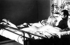- As mulheres de Godard: Uma crítica da sociedade patriarcal.A mulher no cinema de Godard é a construção de uma crítica da política sexual que argumenta e permeia o sistema cinematográfico, e é produzido em um mundo comandado pela herança romântica pelo qual divide a mulher em duas partes: a aparência e a essência.Embora seus filmes são freqüentemente vistos como um estudo de estética e política,Godard também capturou algumas das atrizes e mulheres mais fascinantes de sua década.