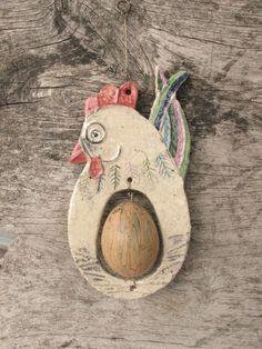slepička s vyfouklým vajíčkem Clay Birds, Ceramic Birds, Ceramic Decor, Chicken Humor, Chicken Art, Spring Crafts, Holiday Crafts, Farm Crafts, Bird Ornaments