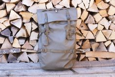 🌲🏔️⛑️A hard-to-find Swiss Army Patrol alpine backpack from made from waterproof rubberised nylon canvas. This is in excellent condition! Swiss Army Backpack, Vintage Backpacks, Army Green, Green Colors, How To Look Better, Canvas, Etsy, Tela, Colors Of Green
