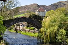 Pont sur la Nive et château d'Etxauz à Saint-Étienne-de-Baïgorry au Pays basque, dans les Pyrénées-Atlantiques (par Bernard Blan
