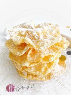 Fasnachtschüechli ein traditionelles Fasnachtsgebäck   Food-Blog Schweiz   foodwerk.ch Beignets, 5 Ingredient Desserts, Swiss Recipes, Sweet And Spicy, No Bake Cake, Snack Recipes, Chips, Food And Drink, Bread