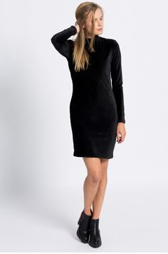 Elegancka sukienka z weluru z długim rękawem czarna