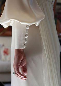 Best Vintage Wedding Dress Silk Beautiful Ideas Source by silk Fashion Vestidos, Fashion Dresses, Fashion Clothes, Vestidos Valentino, Silk Dress, The Dress, Silk Skirt, Bridal Dresses, Wedding Gowns