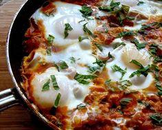 Μια εύκολη και κλασσική συνταγή. Κατάλληλη για όσους θέλουν κάτι εύκολο και γρήγορο.Αν το προτιμάς έτοιμο, τα ωραιότερα αβγά στα μαγαζιά της Αθήνας τα φτιάχνει το εστιατόριο Θάμα, Μεσογείων 242, Χολαργός, τηλ. 211 0139951.