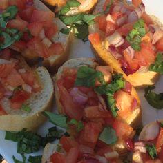 * 4 flinke rijpe harde tomaten. * 3 grote takken verse basilicum * Mooie lente ui. * P/Z naar smaak * 4 eetlepels mooie olijfolie * Flinke teen knoflook, gepeld en aan de bolle kant een stukje recht afgesneden. * Italiaans brood, liefst brood uit Pulia.  Dit is een flink rond witbrood met een hoogte van ca 10 cm en een doorsnee van ca 30 cm.