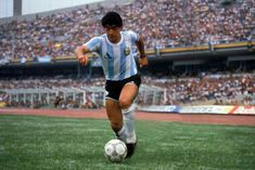 Maradona la lleva con cariño Fifa, Soccer Pro, Soccer Players, History Of Soccer, Argentina Football Team, Football Images, Soccer World, World Cup, Superstar