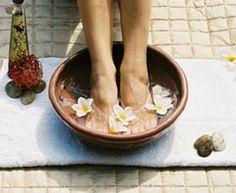 Listerine Foot Soak: Everything You Need to Know! Listerine Foot Soak: Everything Foot Detox Soak, Soak Feet, Foot Soaks, Feet Soaking, Listerine Foot Soak, Foot Soak Recipe, Pedicure At Home, Pedicure Spa, Homemade Detox