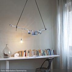 Eine wunderbar umsetzbare DIY-Dekoidee über jedem Tisch: Einfach einen Ast mit Bändern an der Wand aufhängen und eine Deko-Glühbirne, ein paar Fotos und was…