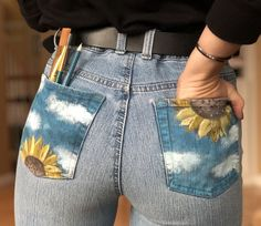 Sunflower painted jeans - Diy and crafts interests Painted Shorts, Painted Jeans, Painted Clothes, Diy Clothes Paint, Hand Painted, Diy Fashion, Ideias Fashion, Fashion Outfits, Fashion Women