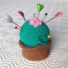 Pianta grassa amigurumi puntaspilli in vasetto, fatta a mano all'uncinetto , by La piccola bottega della Creatività, 12,90 € su misshobby.com