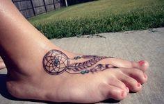 Tatouage sur le pied d'un attrape rêve