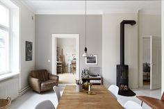 Una vetrata industriale, mattoni a vista e tanta arte in questo affascinante appartamento in vendita in Svezia.