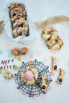 Osterhäschen- und Nestchen aus Blätterteig mit Haselnussfüllung Cookies, Desserts, Food, Raspberries, Easter Activities, Bakken, Crack Crackers, Tailgate Desserts, Deserts
