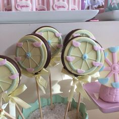 #festaparquedediversoes #temaparquedediversoes #temameninas #festainfantil #docesdecorados #feitoamao #sugarcraft First Birthdays, Biscuits, Clay, Baby Shower, Sweets, Kids, Chocolates, Stampin Up Carousel Birthday, Parks