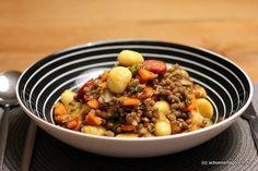 Schnelles Rezept für Linsengemüse, das mit angebratenen Gnocchi und würziger Chorizo serviert wird. Ein prima Wintergericht!