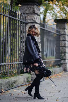 Flowerdress, Overknee Boots - Blumenmuster, Overknee Stiefel, Lederjacke mit Fell  Acne Studios Look a like Herbst Outfit mit Netzstrumpfhose