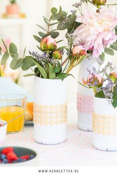 DIY: Vasen aus Flaschen basteln Diy Inspiration, Diy Upcycling, Planter Pots, Arts And Crafts, Table Decorations, Abstract, Painting, German, Home Decor