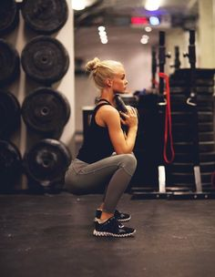 Blondes #Fitnessmodel formt ihren #Knackpo mit Goblet-Squats mit einer #Kettlebell :) Hier Kettlebells für daheim bestellen: http://amzn.to/1KBdXrG