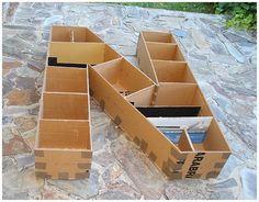 Hoy por fin os puedo enseñar cómo hice unas letras gigantes (115x90x22cm) de cartón reciclado. Estas letras se han utilizado como decor...