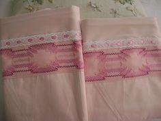 Justo para lucir las almohadas estas fundas en tono rosa y bordadas en vagonité y decoradas con pasalistón.