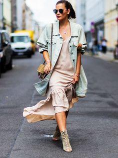 Die höchste Rate für Outfit-Inspirationen liegt dank der Fashion Week momentan wohl in Berlin.Vor den Zelten spielen sich nämlich genau so große Shows ab wie drinnen- wenn nicht sogar größere! Denn um die neuesten Trends der Saison zu bestaunen kommt natürlich jeder wie aus dem Ei gepellt und drapiert sich geschickt in den Blickwinkel der Streetstyle-Fotografen.Das schönste Outfit des heutigen Tages kommt von Nina Schwichtenber...