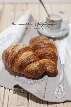 Cornetti all'italiana Good Morning Breakfast, Breakfast In Bed, Bake Croissants, Artisan Bread, Dessert Recipes, Desserts, Bread Baking, I Love Food, Martini