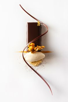 popcorn, peanut and chocolate Interesting flavor combination Gourmet Desserts, Fancy Desserts, Plated Desserts, Gourmet Recipes, Gourmet Foods, Food Plating Techniques, Dessert Original, Plate Presentation, Pastry Art