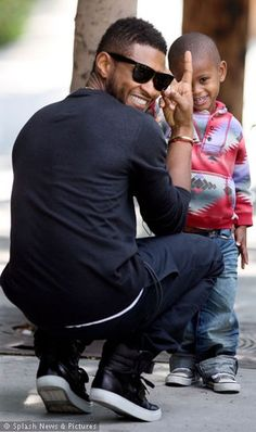 Look at that smile! (and Usher's too) HOT and good with kids :) the whole package! i want it! ;) <3