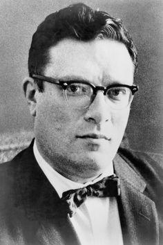Isaac Asimov, fue un escritor y bioquímico de origen ruso, nacionalizado estadounidense, conocido por ser un prolífico autor de obras de ciencia ficción, historia y divulgación científica