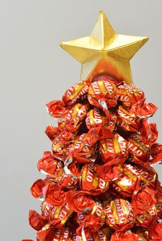 annan aarteet: karkkikuusi ohje ~Christmas Tree made with Wrapped candies~ Christmas Diy, Christmas Decorations, Candy, Sweets, Homemade Christmas, Candy Bars, Diy Christmas, Christmas Decor, Christmas Tables