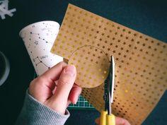 ウェディングアイテムや、ちょっとしたおもてなしに使われるリボン勲章ロゼット。今回は折り紙で簡単に出来る作り方をご紹介したいと思います。ラッピングに飾ると素敵ですよ♡