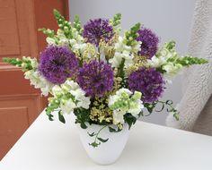 Cool Breeze - Blumenabo von StarFlower Mit Löwenmäulchen und Alliumblüten in frischen Farben weht nicht nur ein kühler Sommerwind ins Haus, die Blüten sehen auch sensationell aus. Sie verleihen unserem Bouquet Fülle und Üppigkeit, die ihres gleichen sucht. Star Flower, Floral Wreath, Flowers, Plants, Home Decor, Addiction, Creative, Colors, House