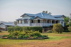 So grand! Love Queenslander homes Queenslander House, Exterior Paint Colors, Paint Colours, Hamptons House, Australian Homes, Types Of Houses, My House, Farm House, House Colors