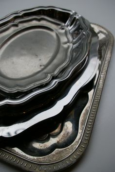 metallitarjottimia ja -lautasia