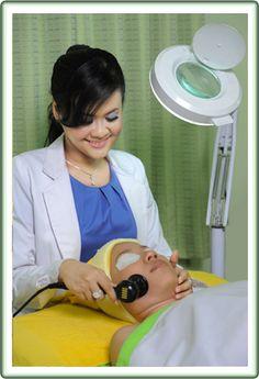 Klinik Kecantikan Dr. Estie adalah klinik kecantikan yang mengutamakan profesionalisme dalam hal perawatan kulit wajah dan pelangsingan tubu...