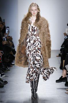 Zero + Maria Cornejo Fall 2017 Ready-to-Wear Fashion Show Collection Fashion Week, Fashion 2017, Runway Fashion, Womens Fashion, Fashion Trends, Nyc Fashion, Fashion Details, Long Fur Coat, Fall Winter 2017
