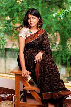 Saree is Okayish,I love her ear dangles! Indian Look, Indian Ethnic Wear, Indian Style, Ethnic Outfits, Indian Outfits, Kalamkari Saree, Desi Wear, Elegant Saree, Soft Silk Sarees