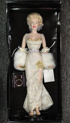 MARILYN MONROE FRANKLIN MINT LIMITED EDITION 2000 PORTRAIT DOLL 16 1/2 INCHES TALL VINYL BODY WITH PORCELAIN HEAD HANDS & FEET Z
