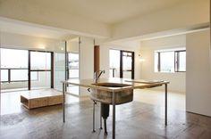 アジトリノベ、だんだん心惹かれてく。(東京都昭島市) | 西武立川 ワンルーム(66.54㎡) 7.9万円|2人暮らし ふたり暮らし カウンター 無垢材 リビング ナチュラル リノベーション 賃貸 照明 くらし 部屋 内装 暮らし マイルーム 日々 住まい 賃貸インテリア 暮らしを楽しむ 収納 デザイナーズ キッチン シェルフ オープン収納 造作棚 ソファ Home kitchen|東京のリノベーション・デザイナーズ賃貸ならグッドルーム[goodroom]